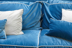 Detalhe do sofá no tom azul com coxins Fotos de Stock Royalty Free