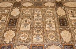 Detalhe do teto espelhado no palácio do espelho em Amber Fort em Jaipur imagem de stock