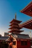 Detalhe do toldo do telhado do santuário de Asakusa - na luz do alvorecer como o sol aumenta sobre o Tóquio fotos de stock