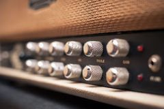 Detalhe dos botões do amplificador da guitarra Foto de Stock