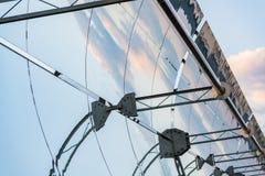 Detalhe dos concentradores e dos painéis solares do central elétrica térmico solar em Logrosan imagens de stock