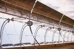 Detalhe dos concentradores e dos painéis solares do central elétrica térmico solar em Logrosan imagens de stock royalty free