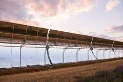 Detalhe dos concentradores e dos painéis solares do central elétrica térmico solar em Logrosan fotos de stock royalty free