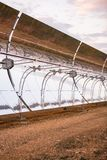 Detalhe dos concentradores e dos painéis solares do central elétrica térmico solar em Logrosan imagem de stock