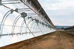 Detalhe dos concentradores e dos painéis solares do central elétrica térmico solar Solaben em Logrosan foto de stock royalty free