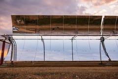 Detalhe dos concentradores e dos painéis solares do central elétrica térmico solar Solaben em Logrosan imagens de stock