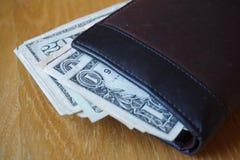 Detalhe dos dólares americanos, cédulas introduzidas na carteira de couro Fotografia de Stock Royalty Free