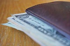 Detalhe dos dólares americanos, cédulas introduzidas na carteira de couro Fotografia de Stock