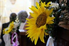 Detalhe dos ornamento nupciais colocados nos assentos da igreja imagens de stock royalty free