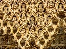 Detalhe dos testes padrões intrincados em uma parede de Alhambra Palace em Granada, Espanha Foto de Stock