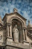 Detalhe e decoração de pedra religiosos da estátua na basílica da fachada de Sacre Coeur em Paris fotos de stock