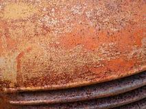Detalhe e feche acima da oxidação no metal do carro com rachamento, presença de oxidação e corrosão, fundo abstrato bonito fotografia de stock royalty free