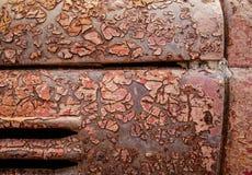 Detalhe e feche acima da oxidação no metal do carro com rachamento, presença de oxidação e corrosão, fundo abstrato bonito imagem de stock