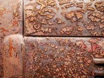 Detalhe e feche acima da oxidação no metal do carro com rachamento, presença de oxidação e corrosão, fundo abstrato bonito foto de stock royalty free