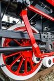 Detalhe e feche acima das rodas enormes em um vapor alemão velho locom Imagens de Stock Royalty Free