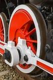Detalhe e feche acima das rodas enormes em um vapor alemão velho locom Imagem de Stock