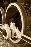 Detalhe e fim do Sepia acima das rodas enormes em um locomo velho do vapor Fotos de Stock Royalty Free