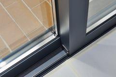 Detalhe e trilho da porta de vidro de deslizamento imagens de stock
