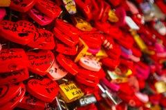 Detalhe em fechamentos vermelhos do amor em Verona Fotos de Stock