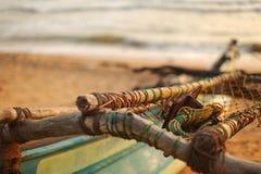 Detalhe em polos, em cordas, em redes e na âncora de madeira do metal fotografia de stock royalty free