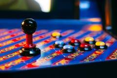 Detalhe em um manche e em seis controles do botão de um jogo de arcada azul Imagem de Stock Royalty Free