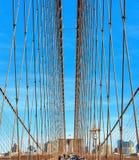 Detalhe estrutural da ponte de Brooklyn que olha acima na rede dos cabos, Manhattan New York, EUA foto de stock