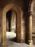 Detalhe histórico do arco pointed da igreja foto de stock