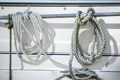 Detalhe a imagem das cordas e dos grampos no veleiro do iate Imagem de Stock Royalty Free