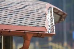 Detalhe a imagem do telhado novo com sistema da chuva da calha foto de stock