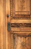 Detalhe intrincado na porta de madeira velha Foto de Stock