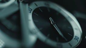 Detalhe luxuoso do relógio do homem, cronógrafo ou ascendente próximo do temporizador Cronometre o conceito Vista macro video estoque