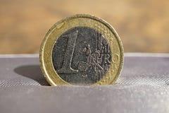Detalhe macro de uma moeda do Euro da prata e do ouro colocada na caixa de presente luxuoso cinzenta da joia Foto de Stock Royalty Free