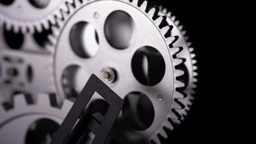 Detalhe macro 4K das rodas denteadas metálicas do pulso de disparo filme