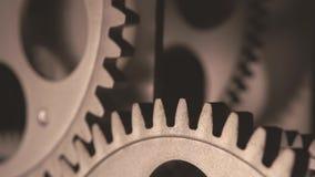 Detalhe macro 4K das rodas denteadas metálicas sujas velhas do pulso de disparo vídeos de arquivo