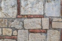 Detalhe medieval do muralha do Pedra-tijolo da fortaleza Fotografia de Stock