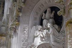 Detalhe no parque - estátua de pedra velha com anjos, Quinta da Regaleira em Sintra Foto de Stock Royalty Free