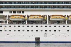 Detalhe norueguês do cruzeiro com tourits e canoas de salvação Fotos de Stock Royalty Free