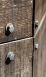 Detalhe a parte de madeira velha com fundo da textura de alguns parafusos Fotografia de Stock Royalty Free