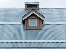 Detalhe pequeno da arquitetura da janela de trapeira do telhado do metal Fotografia de Stock Royalty Free