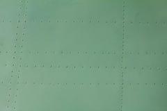 Detalhe pintado velho de um avião militar, corrosão de superfície do fundo do metal fotografia de stock