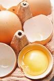 Detalhe quebrado fresco do ovo no yolk imagens de stock royalty free