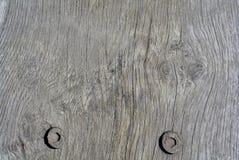 Detalhes de madeira resistidos rachados da grão com dois parafusos. Fotografia de Stock Royalty Free