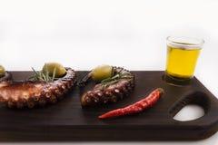 Detalhe saudável do alimento de mar - polvo, azeitonas e pimenta Imagens de Stock