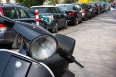 Detalhe Sidew limpo novo do farol de Sunny Day Parked Roller Scooter fotos de stock royalty free