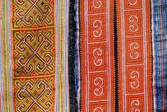 Detalhe tradicional de matéria têxtil do traje das mulheres pretas da minoria de Miao Cidade de Sapa, ao noroeste de Vietname ½ d Fotografia de Stock