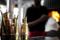 Detalhe tradicional do distribuidor do galheteiro de cobre do azeite no restaurante italiano fotos de stock royalty free