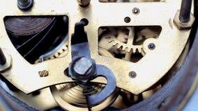 Detalhe velho dos maquinismo de relojoaria vídeos de arquivo