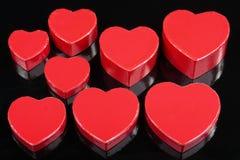 Detalhe vermelho das caixas de presente do coração no preto Foto de Stock