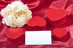 Detalhe vermelho das caixas de presente do coração no vermelho Imagem de Stock