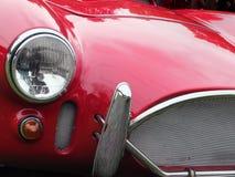 detalhe vermelho do carro de esportes do vintage que mostra a grade, os faróis e o chro imagem de stock royalty free